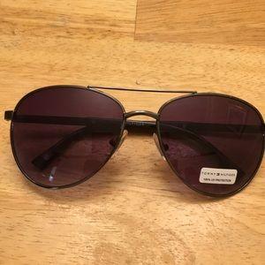 Tommy Hilfiger dark lens aviator sunglasses 😎